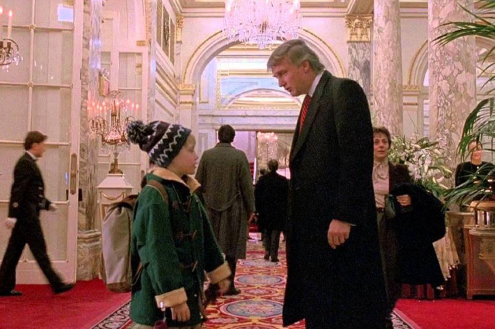 В комедии «Один дома 2: Затерянный в Нью-Йорке» (1992) Трамп играет владельца отеля «Плаза», у которого Кевин (Маколей Калкин) спрашивает, как найти холл.