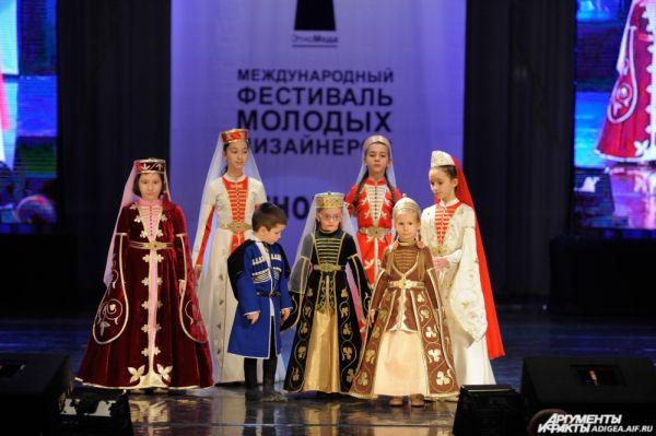 «Сценический костюм с элементами ЭТНО». 2 место – коллекция «Си дунай» (Нафисет Шевацукова и Дина Хуаз).