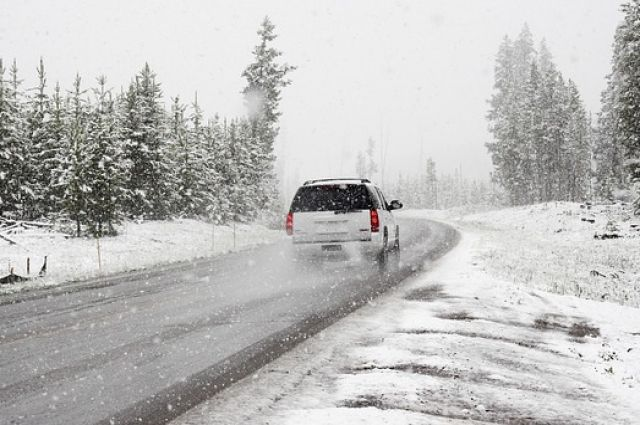 На дорогах края сохраняется гололед и снежный накат.
