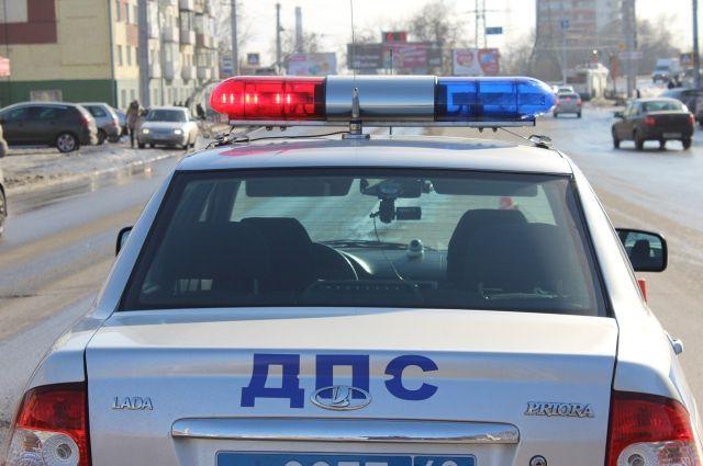 Иностранная машина чуть неоказалась вНеве из-за дорожного происшествия вПетербурге