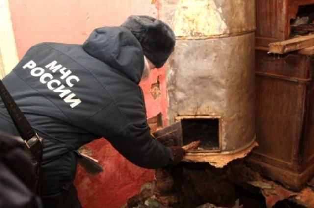 Специалисты МЧС проверяют печи в частных домах.