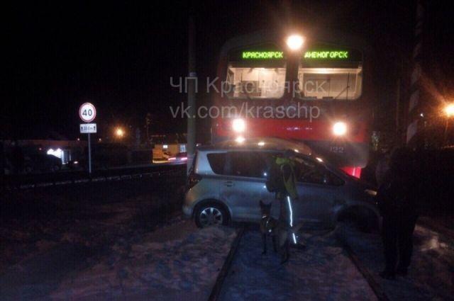 Под Красноярском электричка протаранила напереезде автомобиль