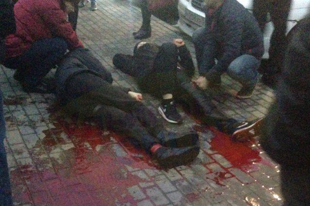 Неизвестные зверски изрезали 2-х молодых парней вУльяновске