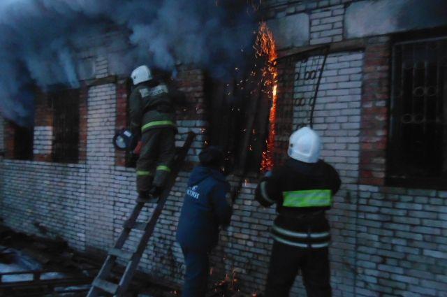 К охваченному огнем и дымом зданию выехало сразу несколько пожарных машин