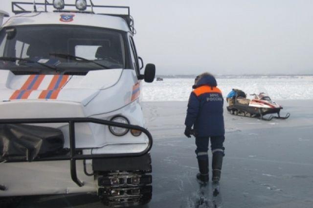 Поиски водителя, провалившегося под лед, продолжаются.