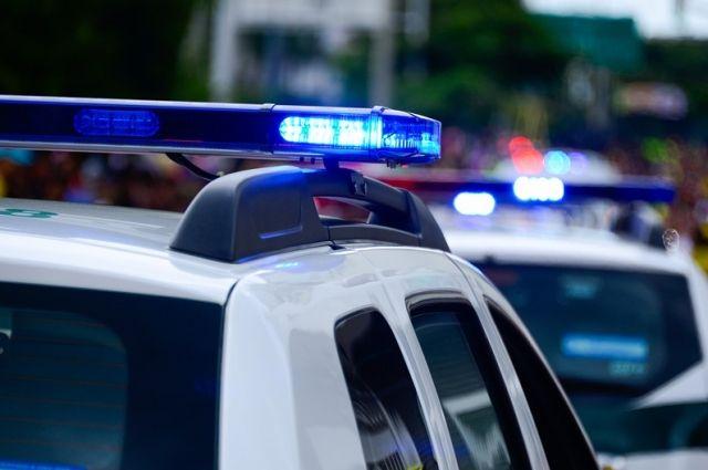 На месте аварии работают полицейские.
