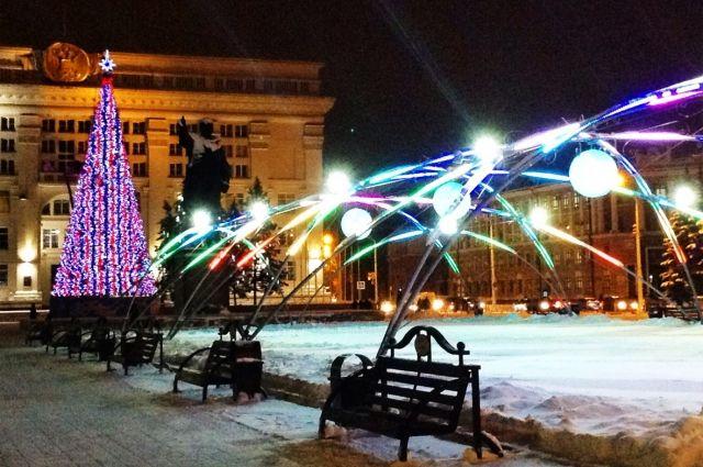 Главная елка области появится на площади Советов к концу недели.