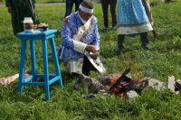 Телеуты считают, что огонь очищает душу, поэтому к нему у них трепетное отношение, и даже существует обряд кормления огня.
