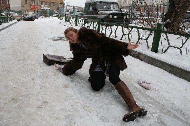 Если вы всё же начали падать, постарайтесь сгруппироваться и защитить голову, советуют спасатели.