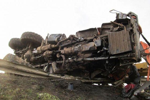 После столкновения автомобиль «Камаз» опрокинулся на проезжей части.