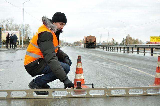 Специалисты проверили качество отремонтированной дороги.