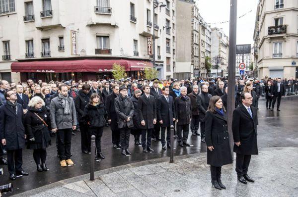 Президент Франции Франсуа Олланд и мэр Парижа Энн Идальго открыли памятную доску перед рестораном Carillon, где террористы открыли стрельбу по посетителям.