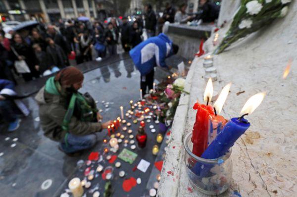 Синие, белые и красные свечи в цветах французского флага на площади Республики.