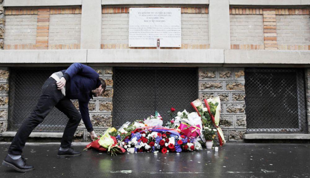 Еще одна мемориальная доска была открыта около концертного зала «Батаклан».