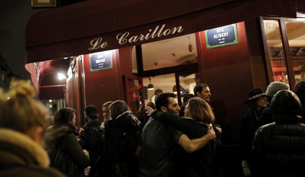 Люди перед рестораном Carillon в Париже.