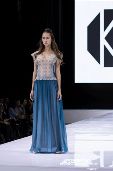 Известный российский дизайнер Ольга Куницына представила модель летнего платья в двух вариантах. Эта для тех, кто предпочитает холодные цвета.