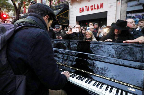Человек играет на фортепиано перед концертным залом «Батаклан».