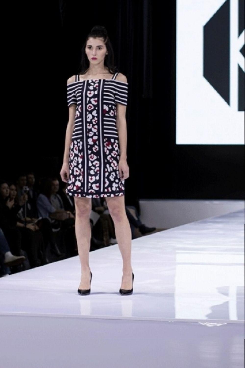 А в этом платье с замысловатыми принтами можно идти на коктейльную вечеринку. Образ от Ольги Куницыной.
