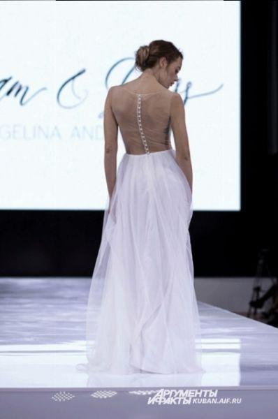 Ангелина Андросова представила элегантные белые платья, у многих моделей - открытая спина.