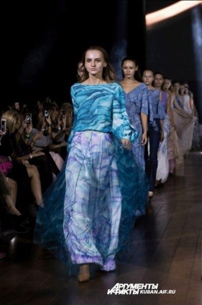 Завершала показ третьего дня Недели моды в Краснодаре коллекция московского дизайнера Ксении Князевой. Она запомнилась тем, что модели ходили не по подиуму, а по полу на уровне зрителей.