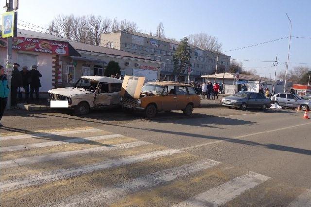 «ВАЗ» влетел вприпаркованную машину наСтаврополье, 1 умер, 2 ранены