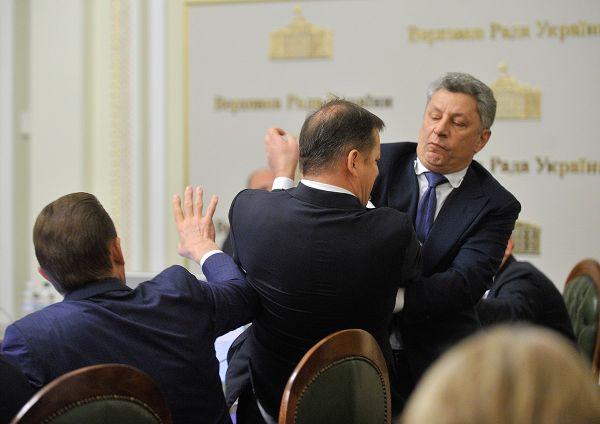 Кажется, что от удара Юрия пострадал не только Олег
