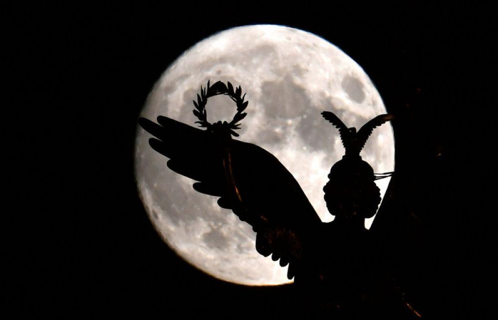 А вот кто-то снял громадную Луну в Берлине, в Германии