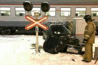 После столкновения автомобиль отбросило на трансформаторную будку.