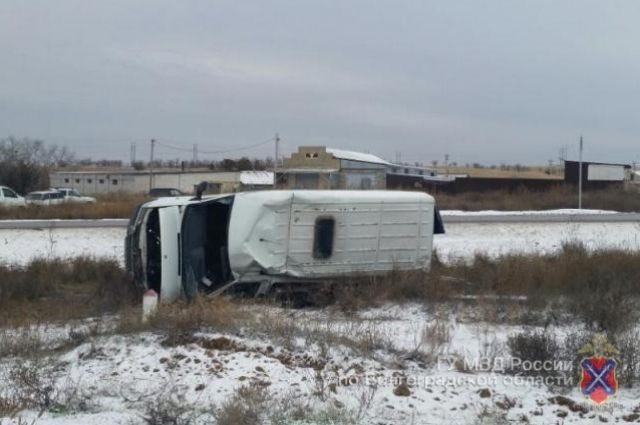ВКамышинском районе перевернулся микроавтобус «Мерседес-Бенц»