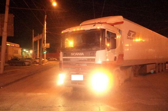 Фургон провалился вяму слопнувшей трубой вцентре Петербурга