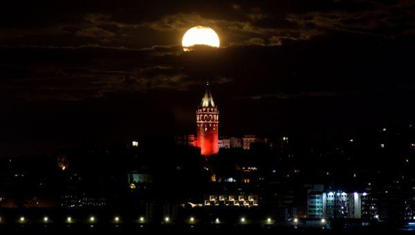 Суперлуние над Галатской башней в Стамбуле.