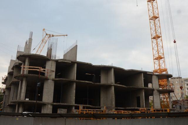 Вместо красивой многоэтажки на улице Чкалова сейчас возвышается очередной городской недострой.