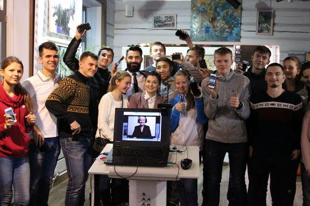 Слабослышащие ребята, использующие приложение «Облачный переводчик», в Галерее современного искусства Иркутска.