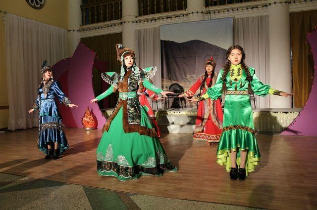 В национальном творческом коллективе много русской молодежи.