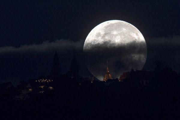 Луна в городе Чиангмай, Таиланд.