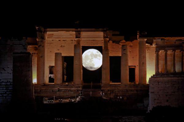 Вид на суперлуние через Пропилеи, древние ворота в Акрополь, Афины.