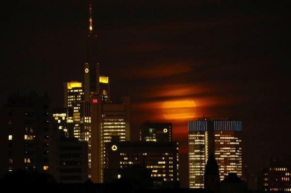 Луна над Франкфуртом, Германия.