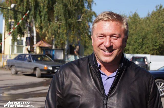 Кусок сала в подарок на день рождения получил глава Калининграда Ярошук.