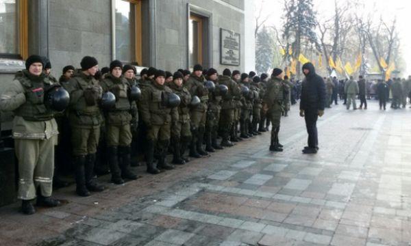 Нацгвардия также прибыла на места проведения митингов. По официальным данным, службу в центральной части Киева несут 5000 правоохранителей