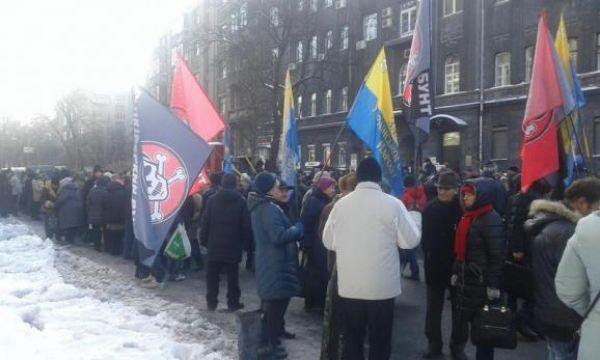 Люди устроили свои акции протестов под разными государственными зданиями одновременно