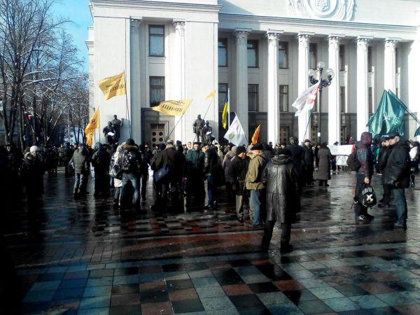 Под Верховной Радой тоже потихоньку собираются митингующие