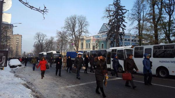 А вот, собственно, автозаки и автобусы Национальной гвардии Украины, которые свидетельствуют о том, что нацгвардейцев на защите правопорядка собралось немало