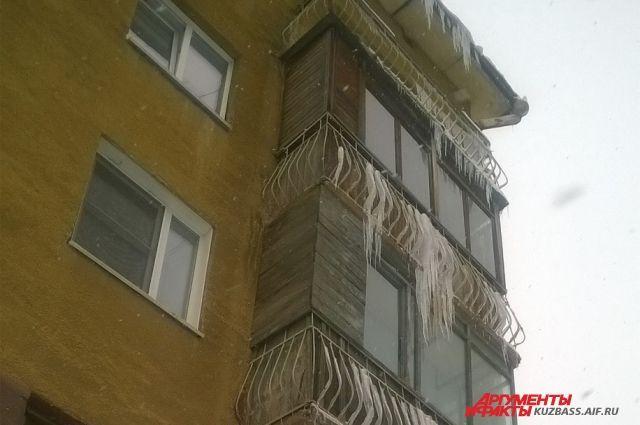 За сосульку на крыше отвечает РЭУ, за сосульку на балконе - хозяин балкона.