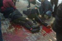 Окружающие оказали пострадавшим первую помощь: на снимке видно, что нога одного из них перетянута жгутом.