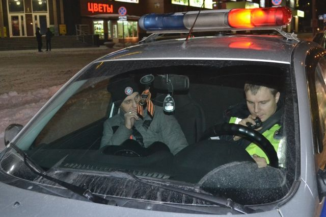 Фура перевернулась на развязке в Барнауле
