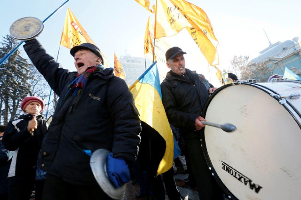 Митингующие выступают за принятие закона по защите обманутых вкладчиков банков, проект которого был внесен Президентом Украины в Верховную Раду и был отмечен, как неотложный.