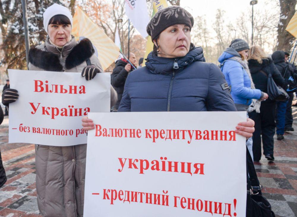 Акции протеста проходили в правительственном квартале и возле здания Национального банка Украины.
