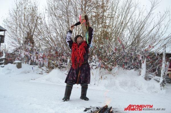 Для этого шаман – Владимир Владимирович – проводит целый обряд с бубном у костра.