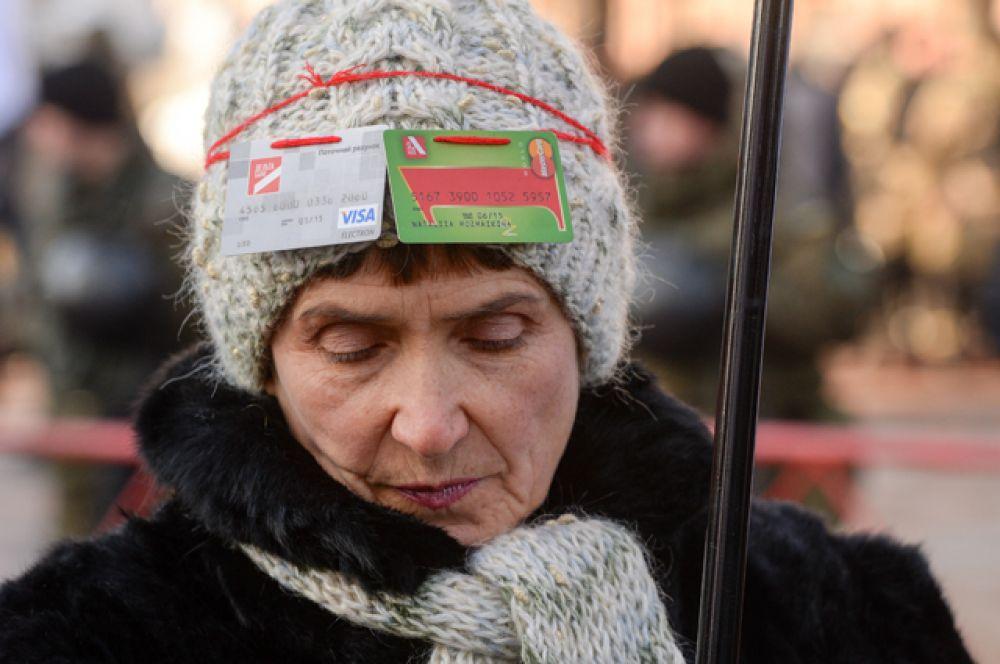 Участница акции протеста с требованием вернуть вклады обанкротившихся банков у здания Верховной рады Украины в Киеве.
