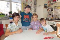 Лина Скворцова со своими сыновьями.